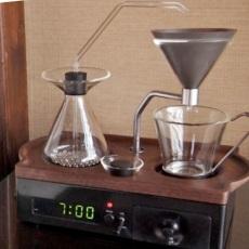 Conheça o despertador cafeteira que vai acordar você com um café quentinho na cama
