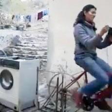 Mulher lava roupas, andando de bicicleta e tricotando